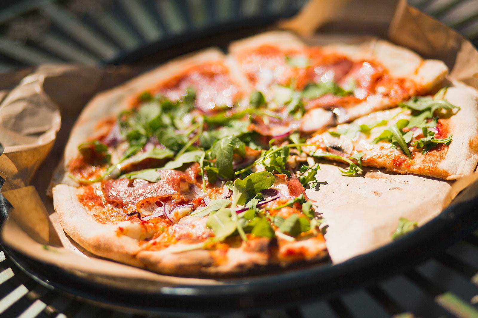 Vår stenugnsbakade gourmépizza